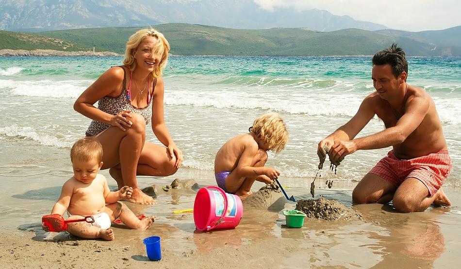tu ce jucarii pentru plaja ii iei celui mic la mare?