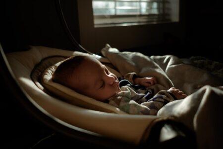 Bebelus care doarme linistit