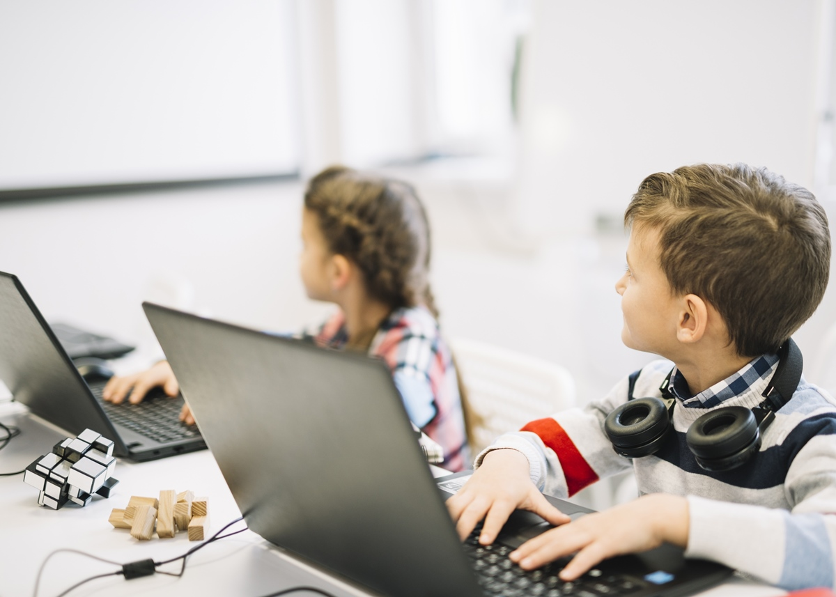 Opteaza pentru un laptop copii ieftin si de calitate.